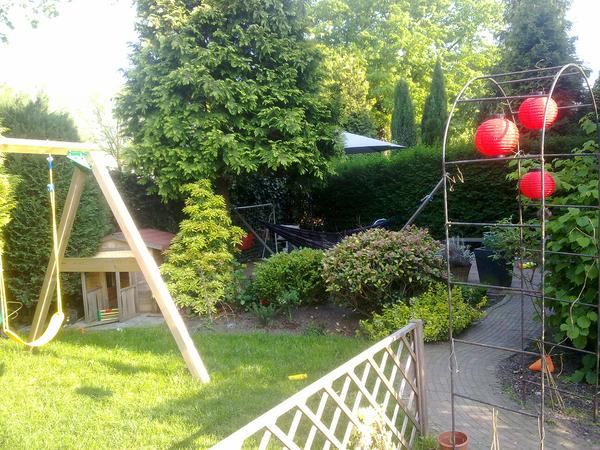 Zo de tuin is zomerklaar.. Hangmat en parasol staan op....
