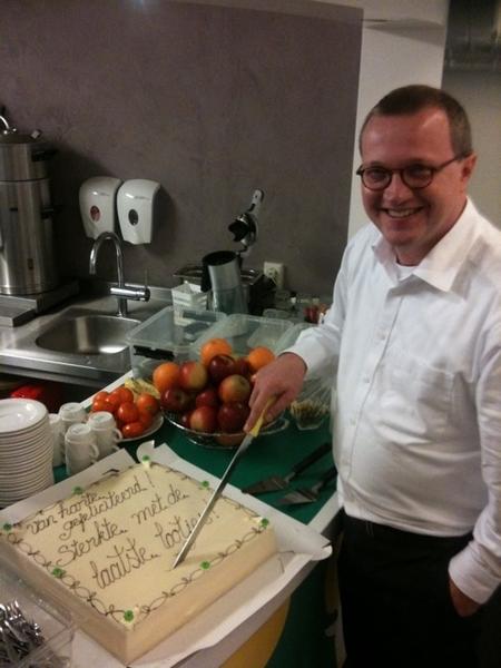 De baas snijdt de taart aan @michaelsijbom