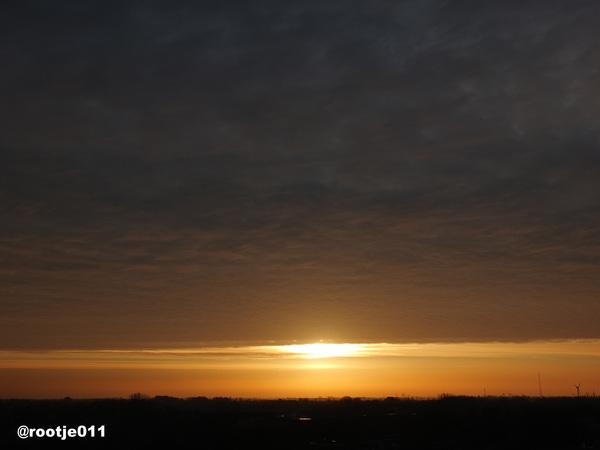 De zon verdwijnt achter bewolking. Alle kleuren verdwijnen en het wordt grijs #buienradar