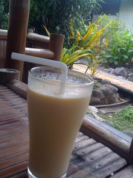 Having ripe mango shake while waiting for @kayewee... ☺