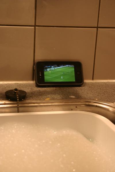 Championsleague kijken tijdens de afwas... iPhone is fijn :-)