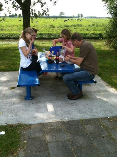 Ff picknicken langs de kant bij de boeren met 6pack