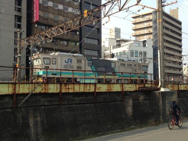梅田貨物線に見たことのない機関車が停まっている。「レール探傷車」だそうです。