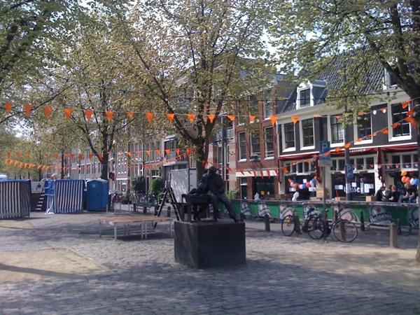 Amsterdam getting ready voor Queensnight& day