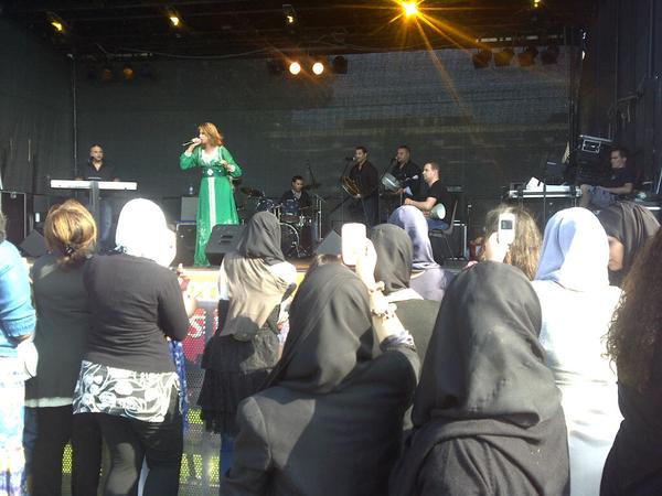 Geweldig optreden bij sloterplas festival. Allochtonen vrouwen bijna allemaal met blackberry