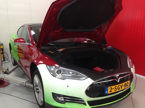 Tesla gaat van groen naar Rood. Back to the future! Na 47.000km weer frisse kleur