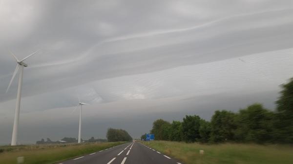 Indrukwekkende wolken partij, vanochtend rond 6:30 boven de N9. #buienradar
