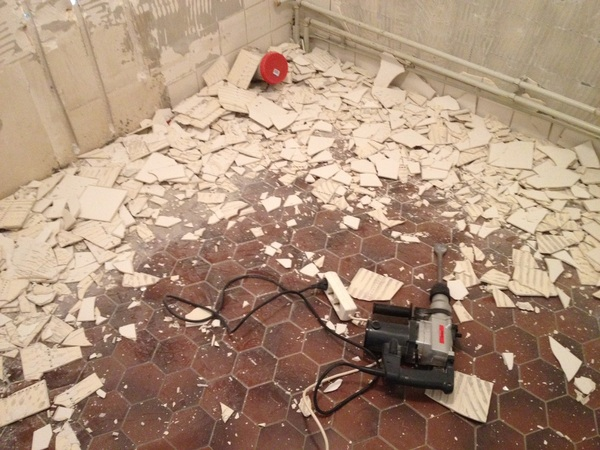 Tegels afbikken in de badkamer