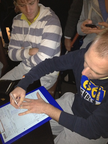 Zure zet zijn handtekening op het wedstrijdformulier